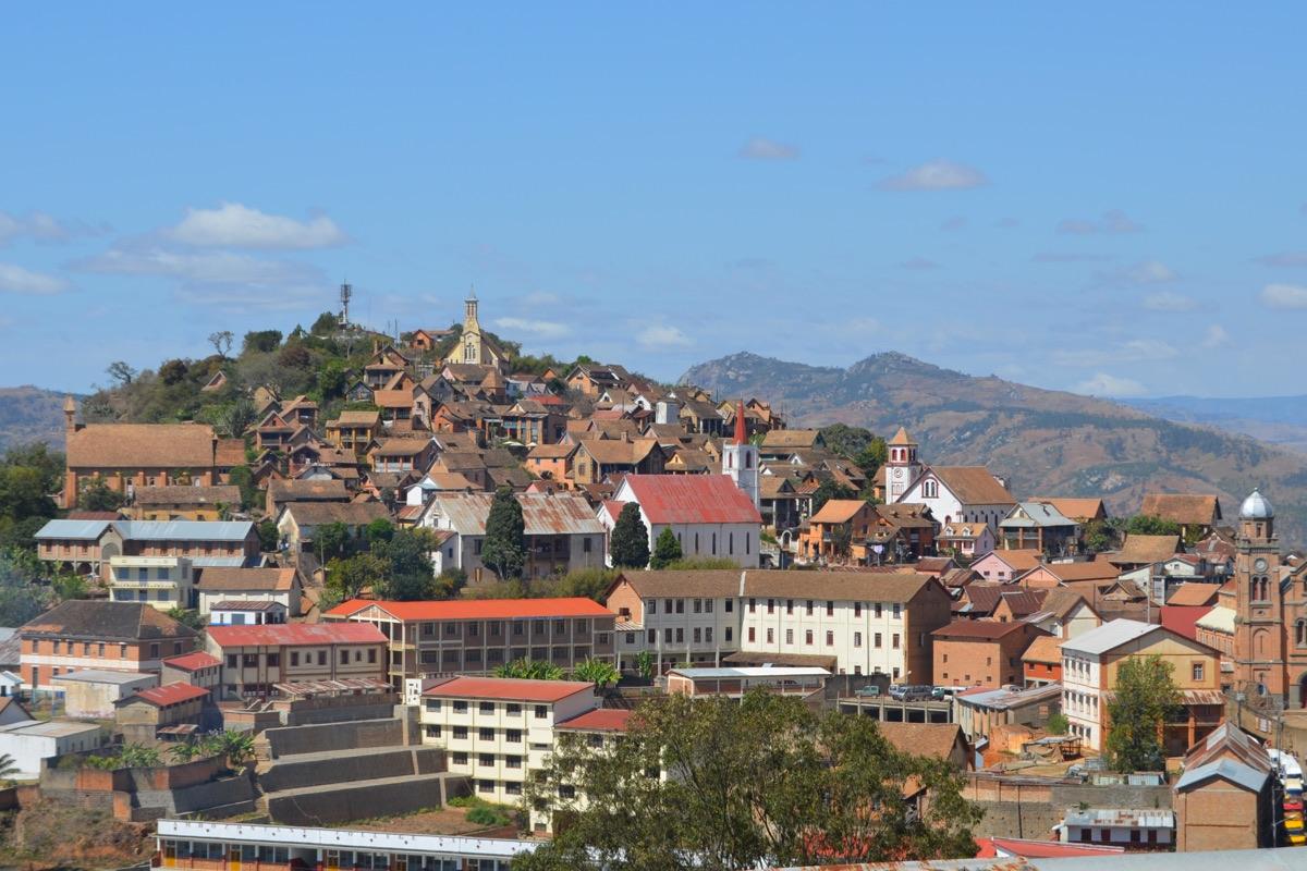 Fianarantsoa, connue pour être le fief des Betsileo est l'une des villes le plus peuplées de Madagascar. I Aizawaiza